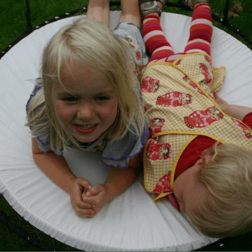 To børn leger på en Sansegynge