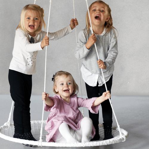 Hvid Sansegynge med tre børn i gyngen