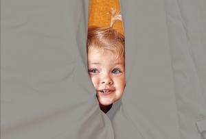 Grå Sansegynge telt med et barn der kigger ud fra teltet