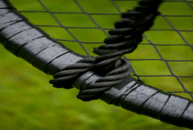 Kvalitetssamling på en sort udendørs Sansegynge