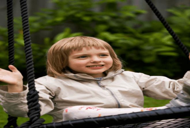 Pige på en udendørs Sansegynge
