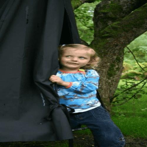Barn leger udenfor i en Sansegynge med et sort telt